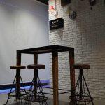 Fotos de las mesas y taburetes para hostelería en el restaurante Las Cavas