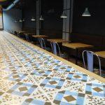 Fotos de la barra de bar realizada con el pavimento de la colección FS
