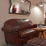Imágenes de los sillones vintage en la cafetería Beat Café & Soul