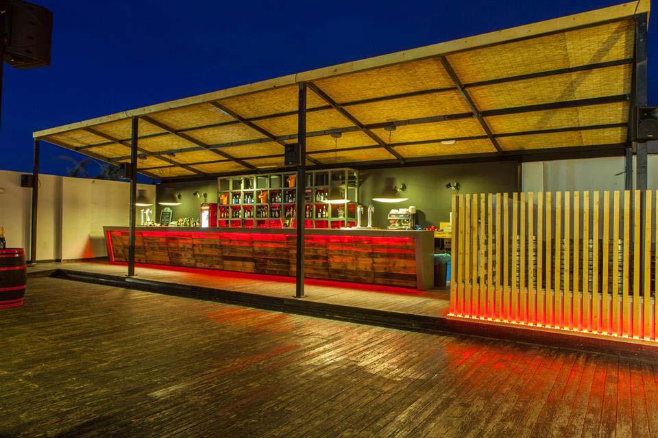 Mobiliario vintage decoraci n terraza de cafeter a il rosso for Nebulizadores para terrazas de bares