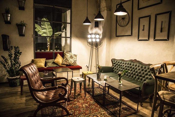 Imágenes de mobiliario antiguo en proyectos de interiorismo para hostelería