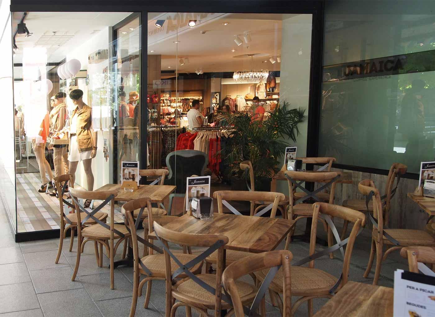 Imágenes de las sillas vintage en la terraza de la cafetería Jamaica Coffee