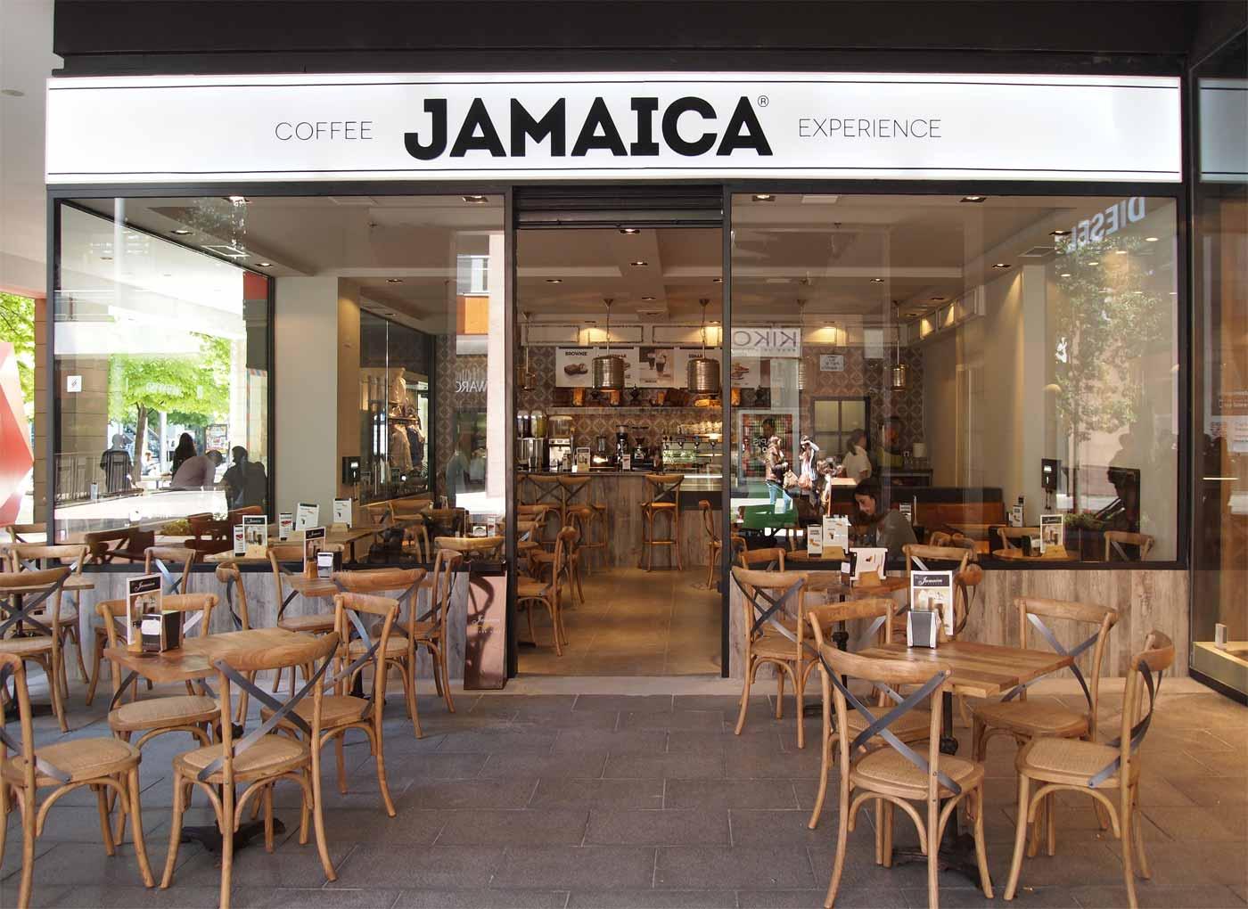Imágenes del mobiliario vintage Francisco Segarra en la franquicia Jamaica Coffee