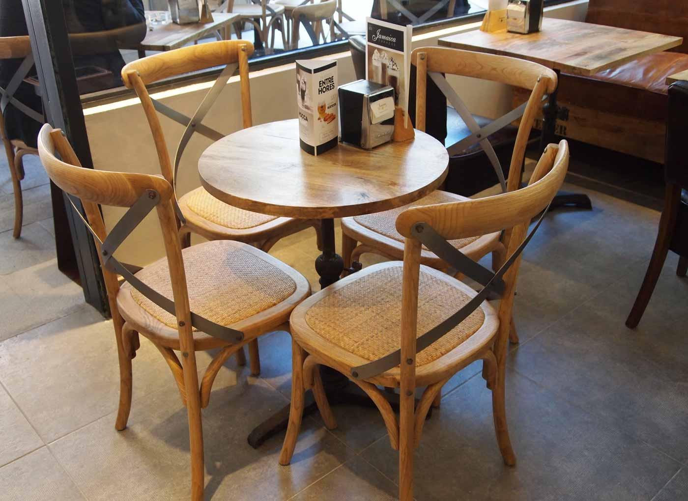 Imágenes de los muebles vintage Francisco Segarra en Jamaica Coffe Shop