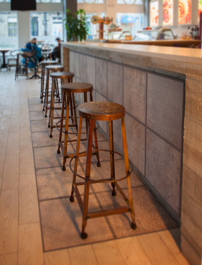 Fotos de los taburetes Bofinger en el diseño interior de la pastelería Ágora