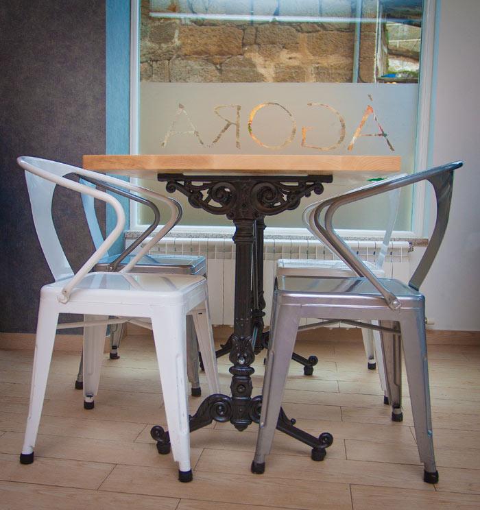 Fotos de las sillas Budi en el diseño interior de la pastelería Ágora