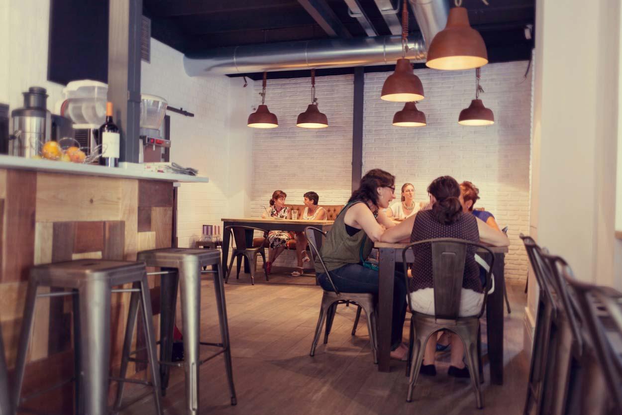 Fotos de los taburetes, mesas y sillas en panadería Forn Le Petit Pain