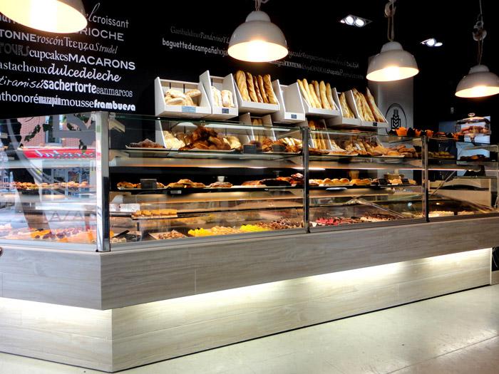 Imagen de las lámparas Mey sobre el mostrador de las panaderías Lazareno Gourmet.