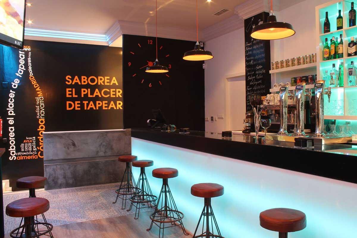Nueva decoraci n en bar de tapas dvinos con muebles fs for Modelos de barras de bar