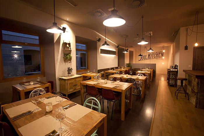 Foto de mesas, sillas y taburetes de Francisco Segarra en el restaurante Soul Kitchen.
