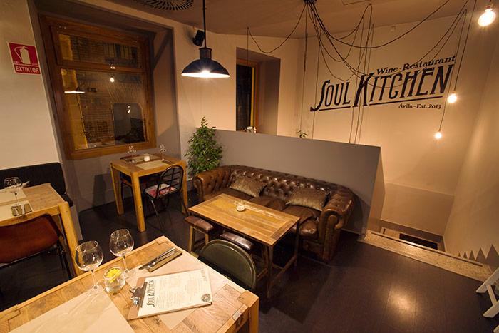 Foto de los sofás vintage de Francisco Segarra en el restaurante Soul Kitchen.