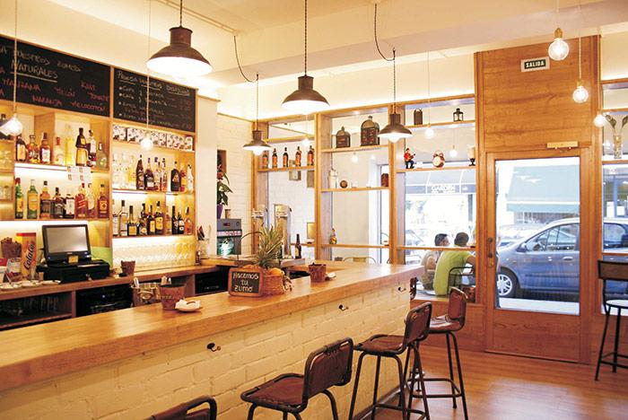 Foto de los taburetes para barra de bar modelo Rive de Francsico Segarra.