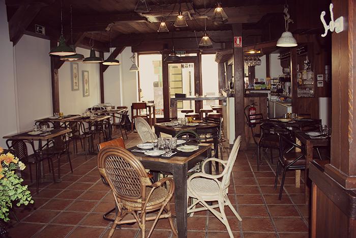 Mobiliario vintage en la reforma del restaurante la posada for Disenos de mesas para restaurantes