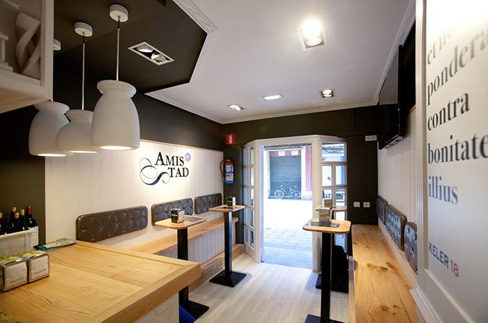 Imagen de la iluminación del proyecto de interiorismo en el Bar Amistad.