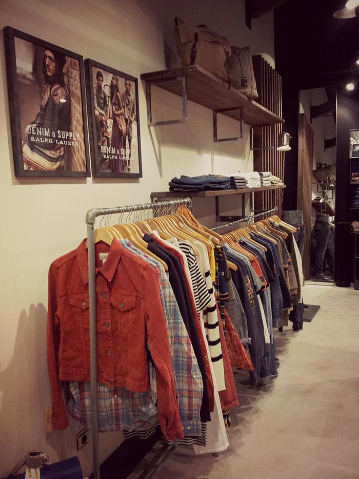 Pieza o mueble con colgadores para la ropa for Colgadores de ropa