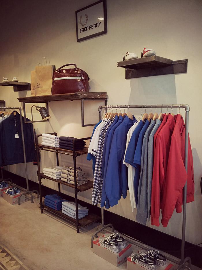 """Imágenes de Muebles, estanterías y burros para ropa en el proyecto comercial de """"Simón Store""""."""