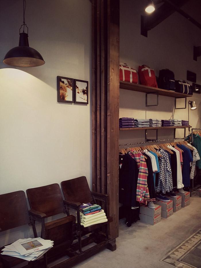 """Imagen del mobiliario e e iluminación en la tienda de ropa """"Simón""""."""