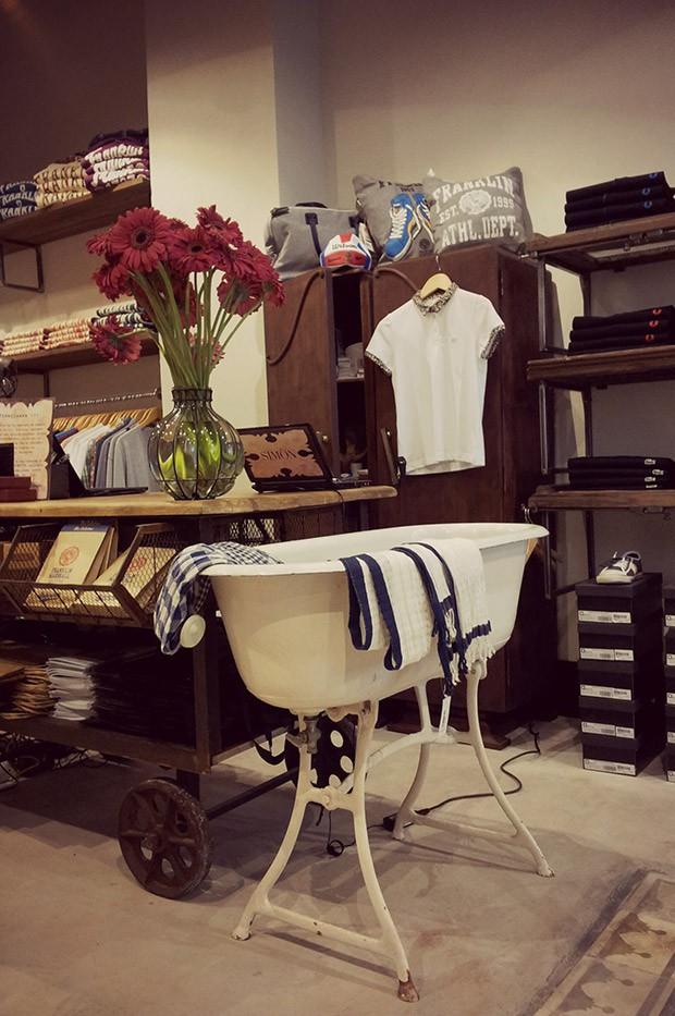 Imagen de los muebles, estantes e iluminación para proyectos comerciales.