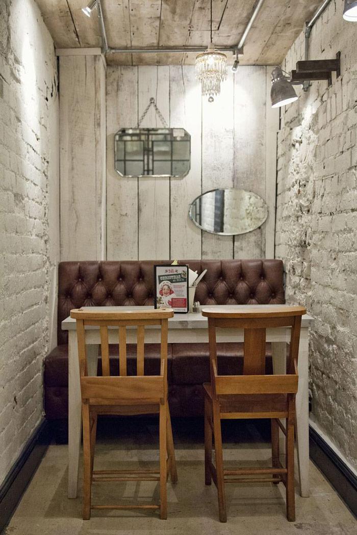 Imagen de las sillas, sillones y mesas en la franquicia de restaurantes Bill´s.