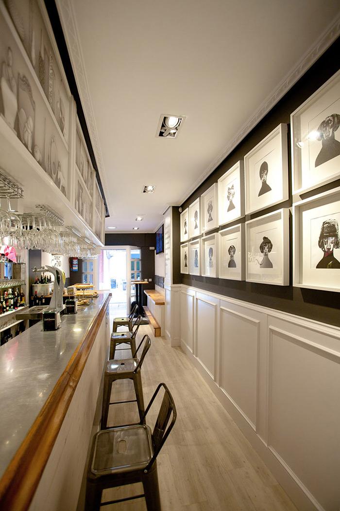 Imagenes de los taburetes Podium altos con respaldo en la barra del Bar Amistad.