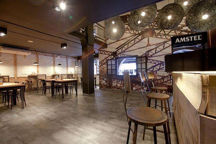 Foto de los taburetes metálicos para bar modelo Masu en bar La Tapería.