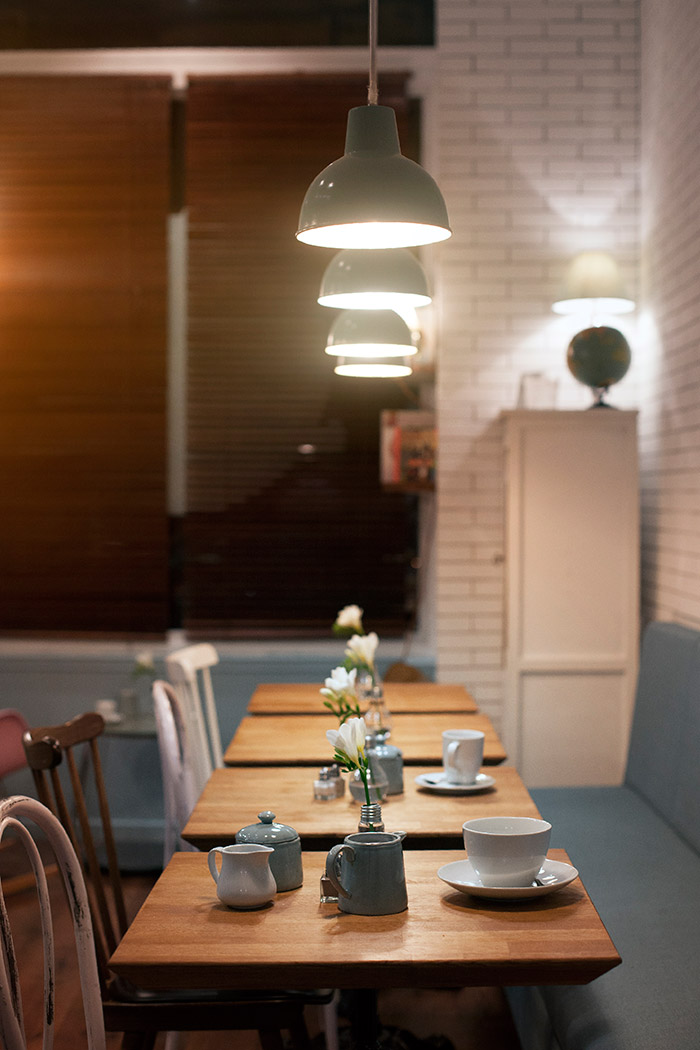 Imagenes de la iluminación y mobiliario en el proyecto Emilie's Cookies & Coffee Shop