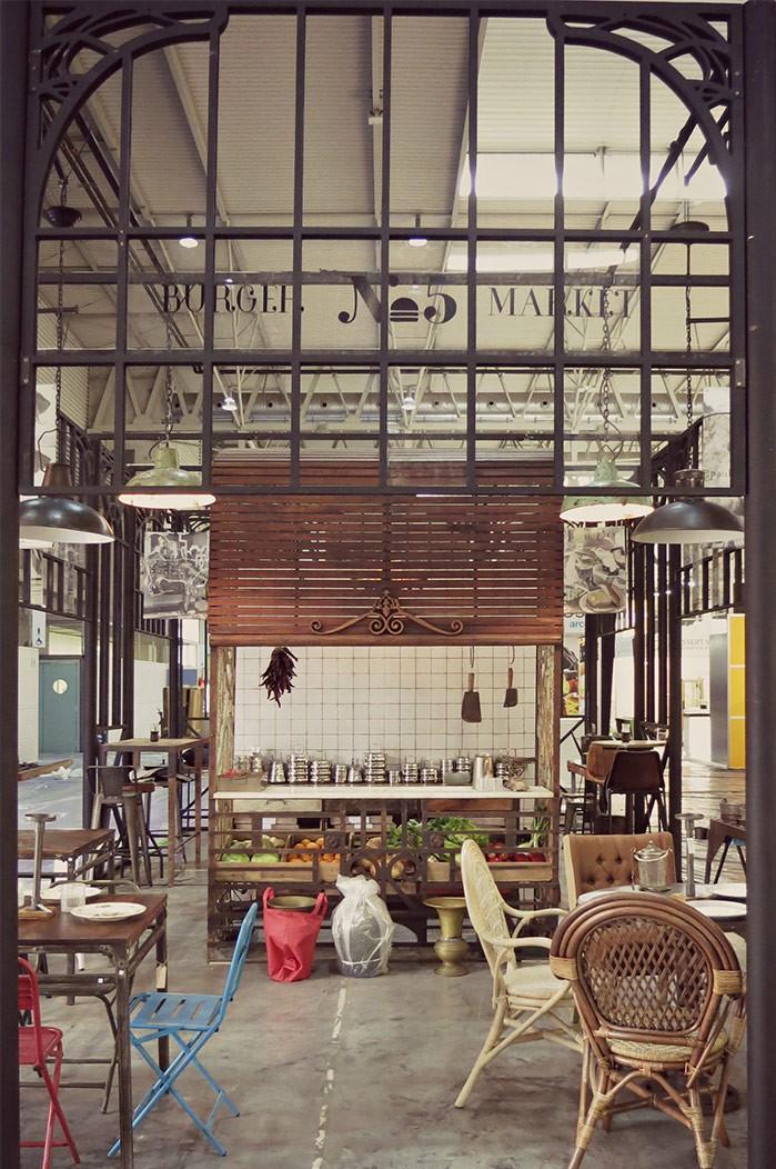 Fotos del mobiliario de estilo industrial de Francisco Segarra en Alimentaria.