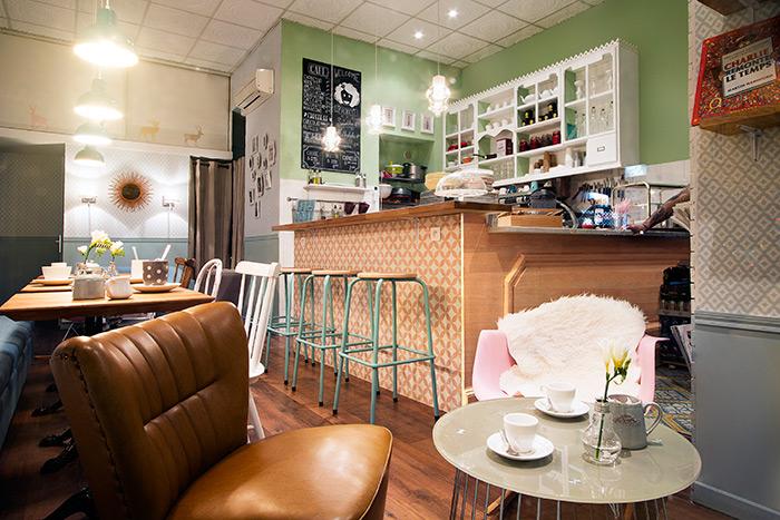Fotos del proyecto de interiorismo de la cafetería Emilie's Cookies & Coffee Shop.