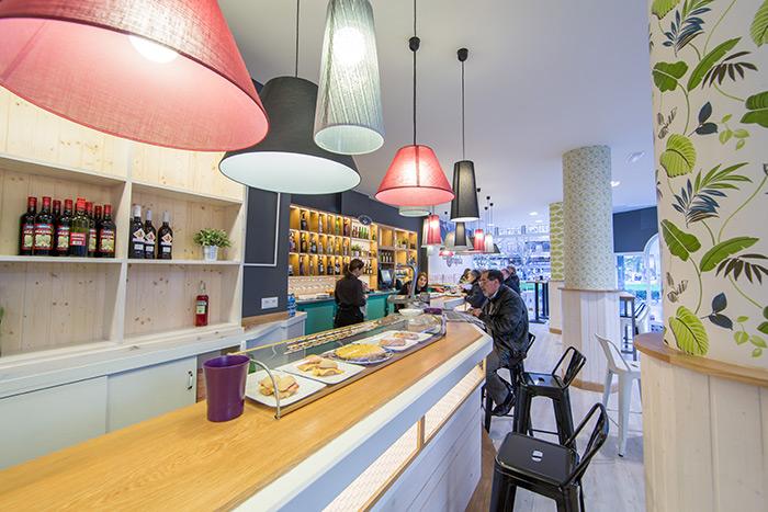 Imagen de los taburetes Podium en la barra de bar La Brújula.