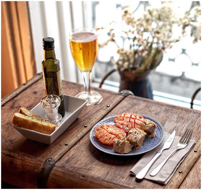 Foto del baúl antiguo usado a modo de mesa vintage en Restaurante Trece.