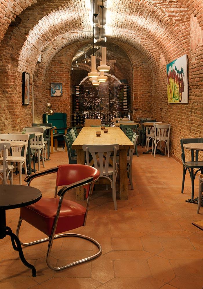 Imagen de los muebles vintage en la restauración de Cava Mayor.