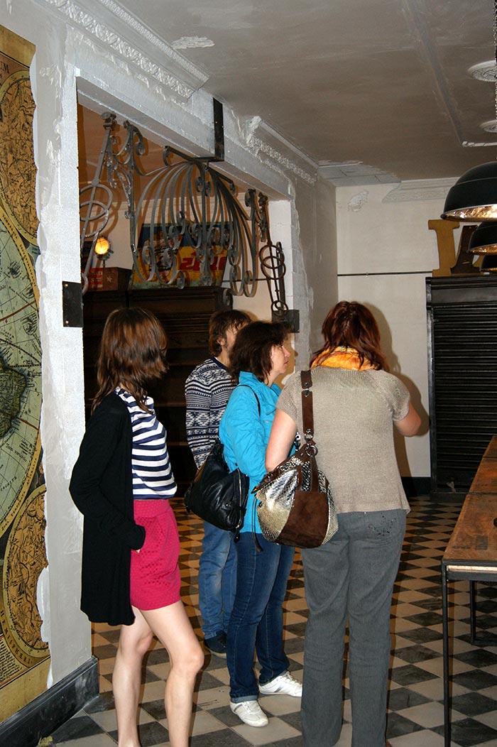 Imagen de los profesionales del interiorismo de visita en el showroom de Francisco Segarra.