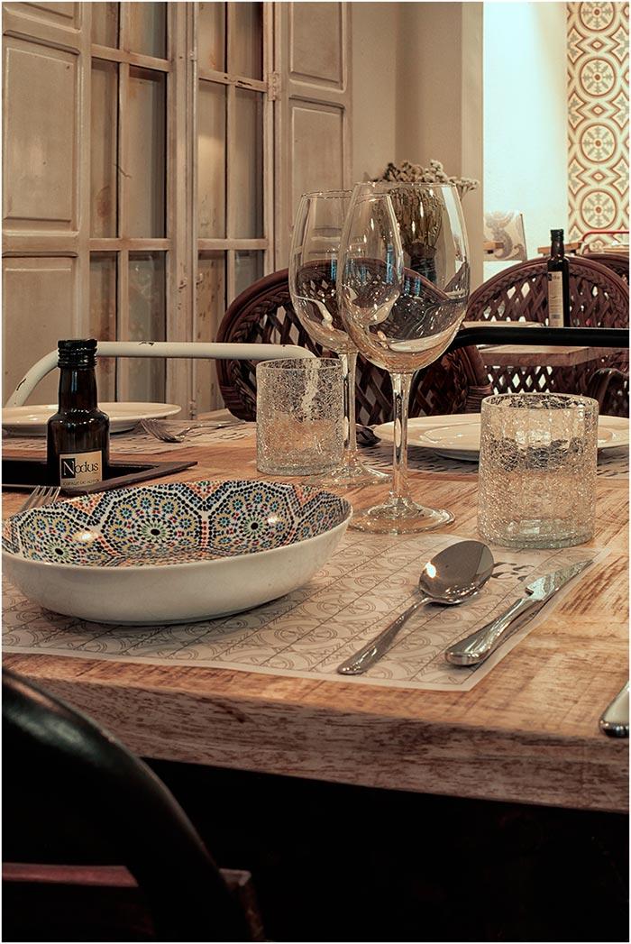 Imagen de la vajilla vintage para hostelería en el restaurante Trece en Valencia.
