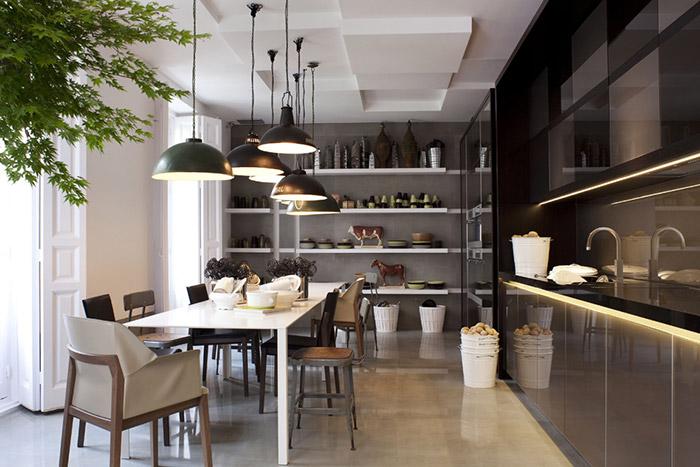 Imágenes de mobiliario e iluminación para cocinas profesionales en Casa Decor.