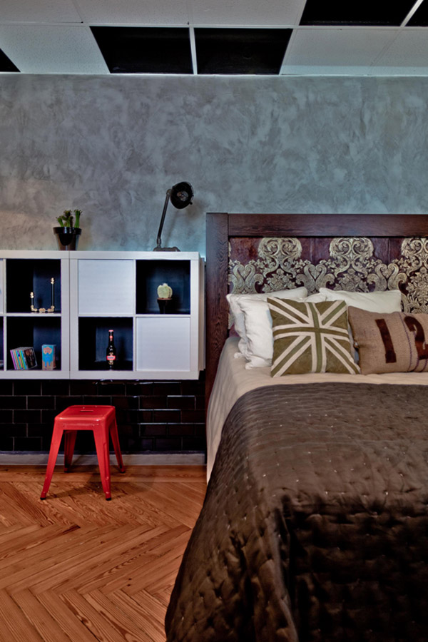 Imágenes de espacios promocionales en Casa Decor con mobiliario juvenil vintage.