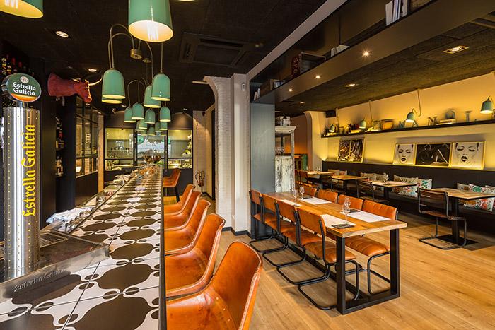 Fotos. Mesas y sillas, restaurante Manolete, tapeo relajao.