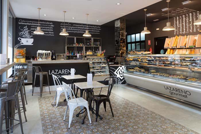 Fotos. Sillas y mesas de la panadería Lazareno Gourmet
