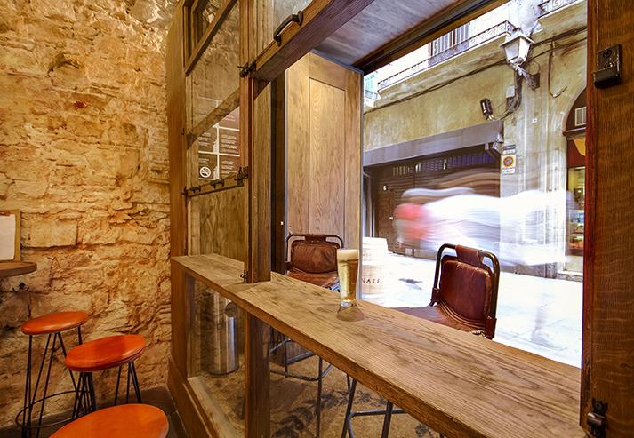 Fotos. Taburetes Rive en la reforma del bar Caporal.