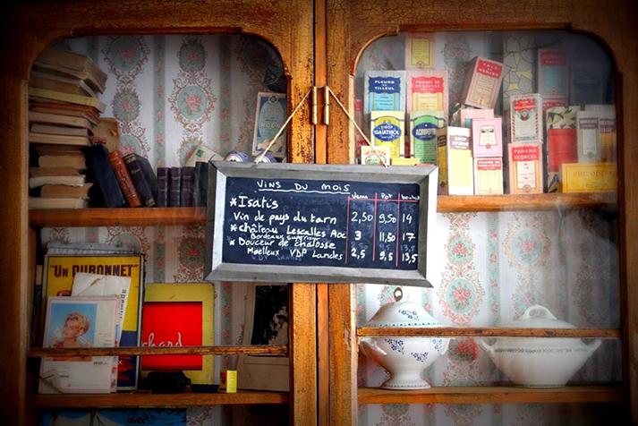Fotos de las alacenas antiguas en restaurante L'Epicerie.