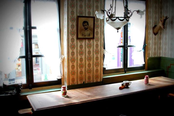 Fotos de los muebles antiguos en cafetería L'Epicerie.