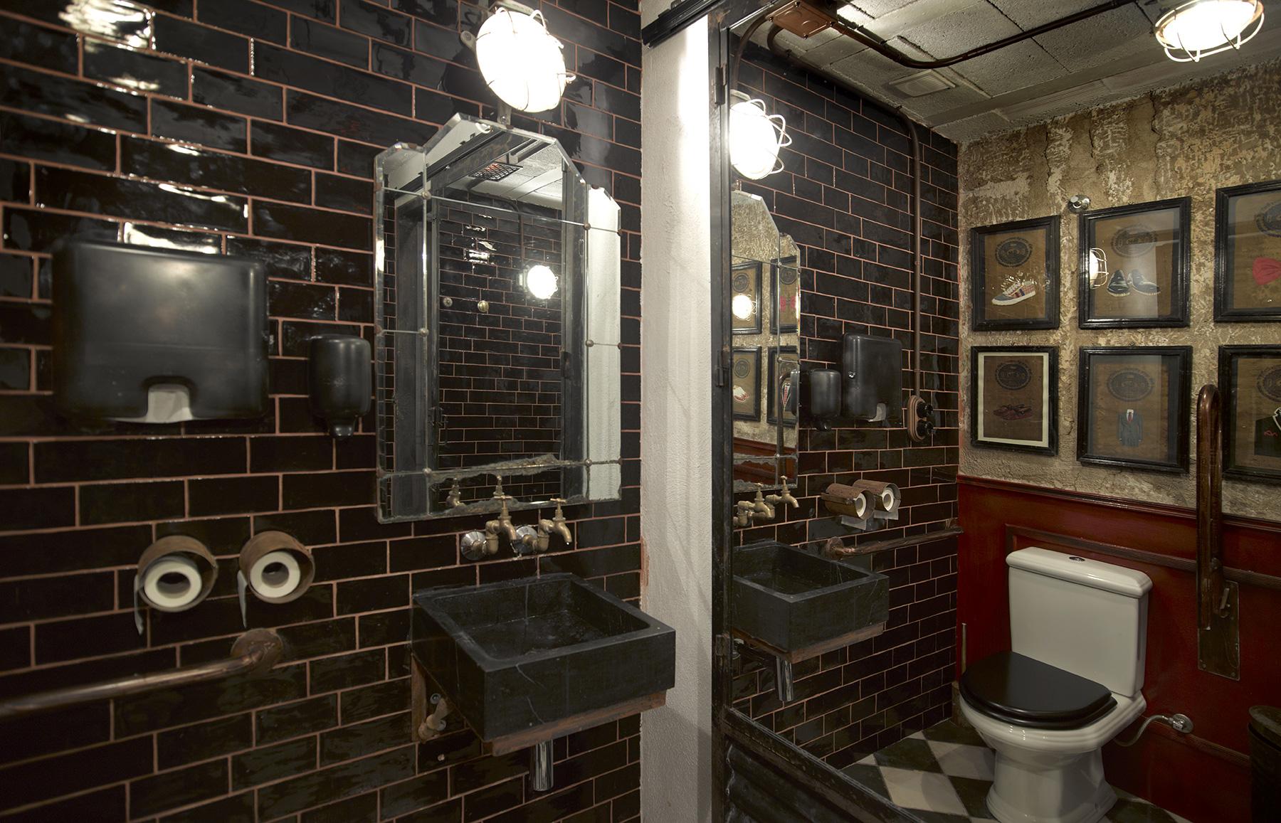 Imágenes de la decoración en el baño de caballleros.