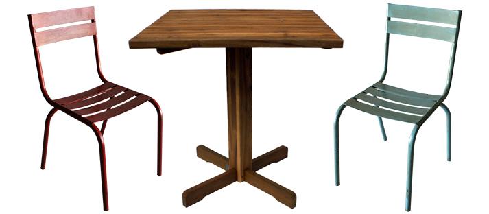 Sillas y mesas bar de exterior.