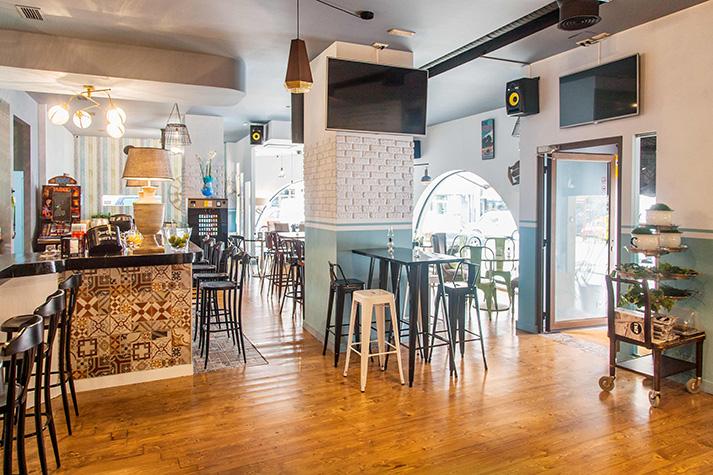 Proyectos. Sillas y mesas diseño francés en hambueguesería Eder.