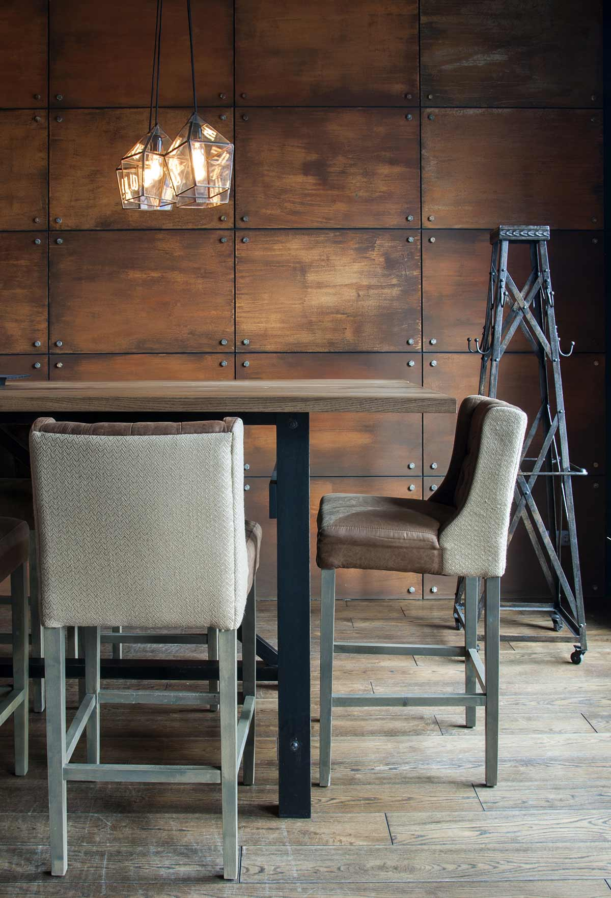 Decoraci n de restaurantes de est tica loft con muebles fs - Butacas altas ...
