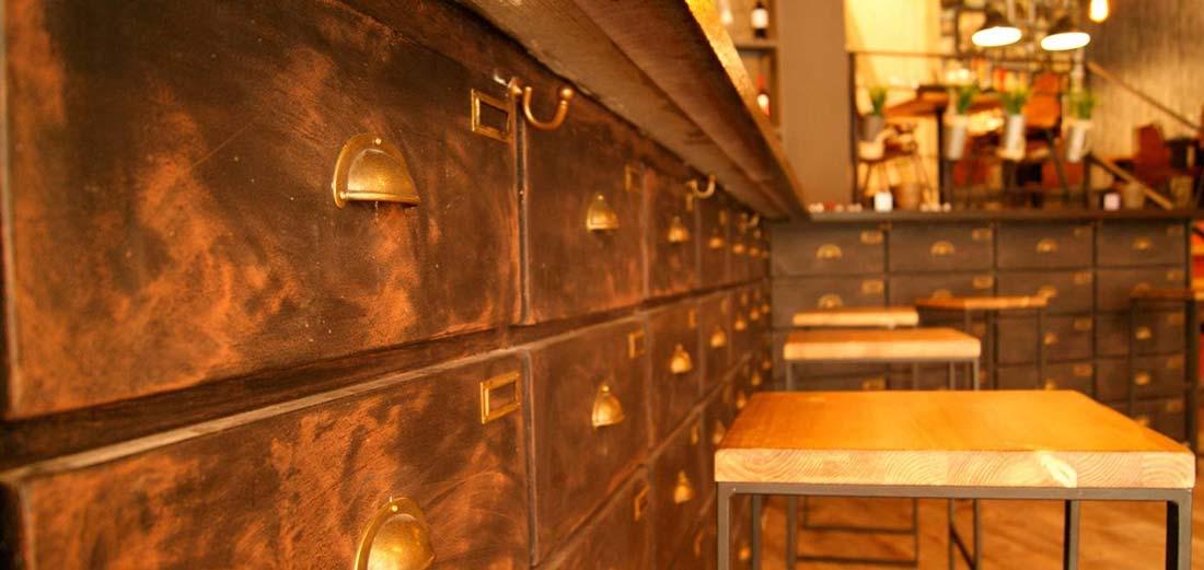 Asientos de la firma Francisco Segarra en el gastrobar Olivando.