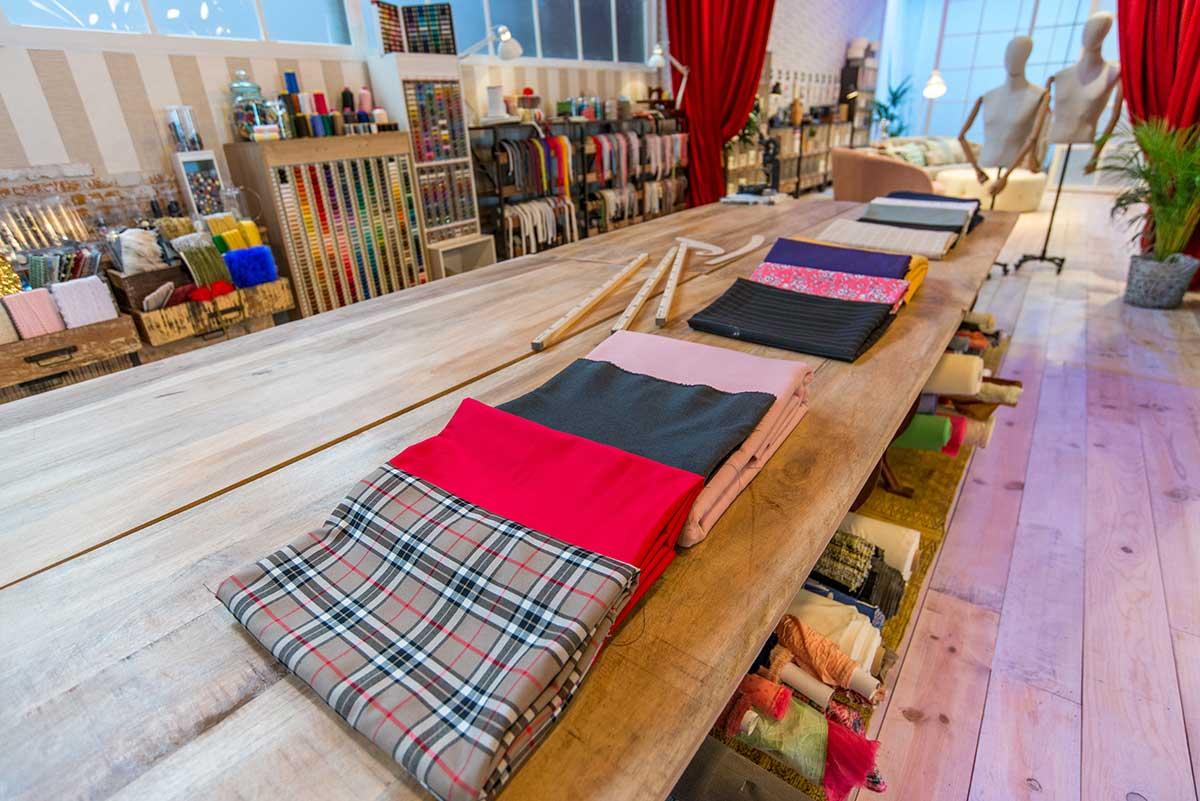 """Mesas de costura en """"Maestros de la Costura""""."""