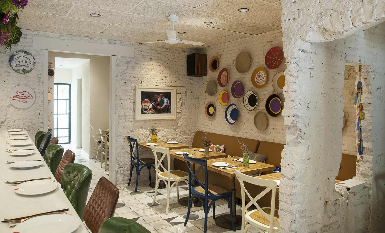 Muebles de Francisco Segarra en un restaurante de cocina fusión.
