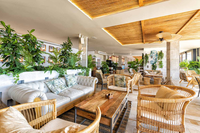Imagenes del mobiliario del restaurante Playachica.
