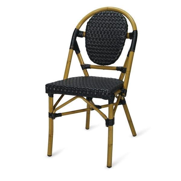 Chaise de bar en rotin de couleur noire.