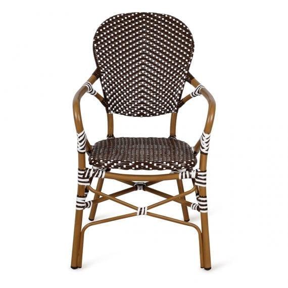 Chaises de bistrot avec accoudoirs fabriquées en rotin.